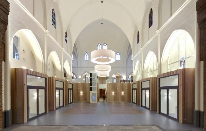 Herbestemde kerk in Heerle door Oomen Architecten - foto gemaakt door Filip Dujardin