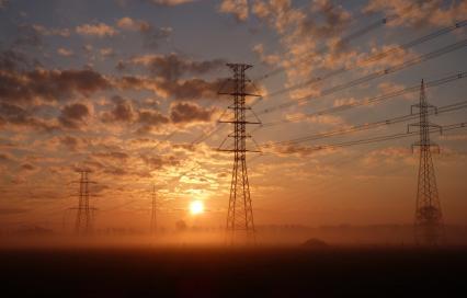 Hoogspanningsmast bij zonsopgang ©Niels Donckers