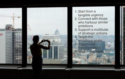 Doelstellingen van de biënnale op het raam van de WTC Brussel, You Are Here ©Max Creasy & OK-RM